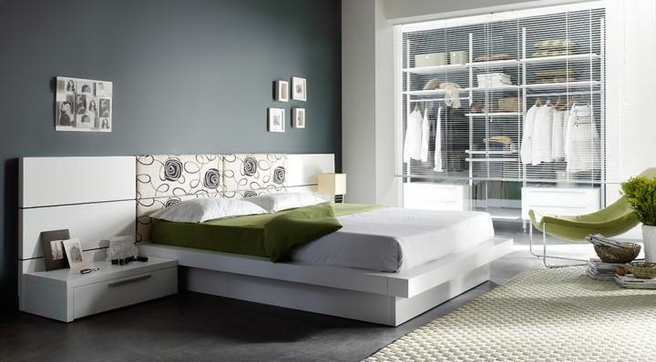 Dormitorio de matrimonio con cabezal tapizado.
